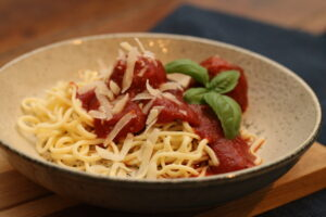 Meget nem og autentisk tomatsovs med kødboller
