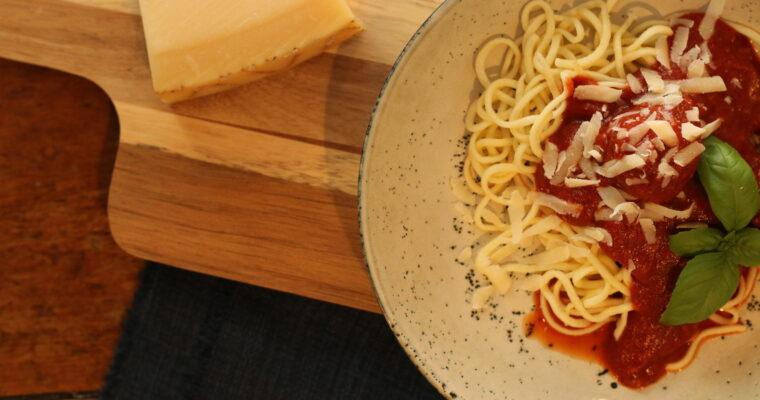 Tomatsovs med kødboller