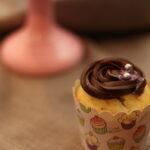 Banancupcakes med karamelmidte og chokoladeganache
